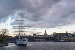 Historiskt skepp med solnedgånghimmel Arkivfoto