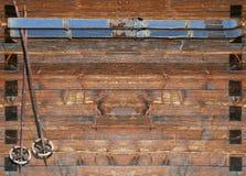 Historiskt skida med poler på träbräde Royaltyfri Foto