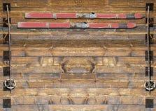Historiskt skida med poler på träbräde Arkivfoton