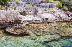 Historiskt ställe på kusten av havet och under klart rent vatten royaltyfria foton