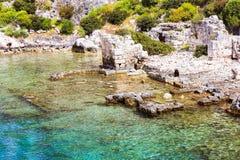 Historiskt ställe på kusten av havet och under klart rent vatten fotografering för bildbyråer