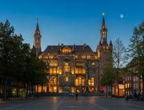 Historiskt stadshus i Aachen på natten Arkivbild