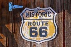 Historiskt tecken för rutt 66 på träbakgrund arkivbilder