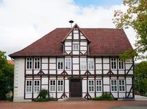Historiskt timmer-inramat stadshus i Barsinghausen, Tyskland Royaltyfri Foto