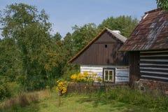 Historiskt timrat hus i den tjeckiska bygden Royaltyfria Foton