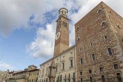 Historiskt torn i en norr italiensk stad Arkivbild