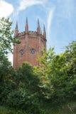 Historiskt torn, med poler och färgade glass fönster Royaltyfri Fotografi