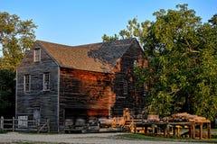 Historiskt trä- och bråtesågverk i gammal by Arkivbild