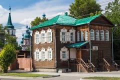 Historiskt trähus i Irkutsk arkivbild