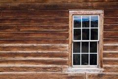 Historiskt trähus med det trä inramade fönstret royaltyfria bilder