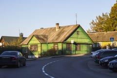 Historiskt trähus på gatorna av Trakai lithuania arkivbild