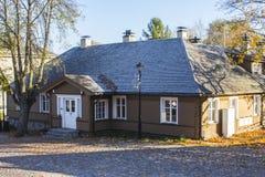 Historiskt tr?hus p? gatorna av Trakai lithuania arkivfoton