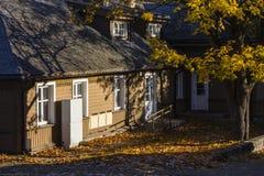 Historiskt tr?hus p? gatorna av Trakai lithuania fotografering för bildbyråer