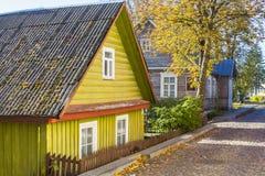 Historiskt tr?hus p? gatorna av Trakai lithuania arkivfoto