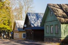 Historiskt tr?hus p? gatorna av Trakai lithuania arkivbild