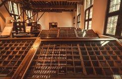 Historiskt typografisk arbetarställe i printingmuseet av Plantin-Moretus, UNESCOvärldsarv arkivbild