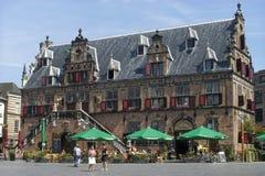 Historiskt väg huset med det utomhus- kafét, Nijmegen Royaltyfria Bilder