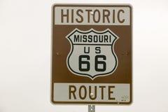 Historiskt vägmärke för Route 66 royaltyfria bilder