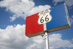 Historiskt vägmärke för väg 66 mot en blå himmel med moln i tillståndet av Texas, USA arkivfoton