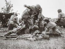 Historiskt världskrig för rekonstruktion andra Soldater på batteriet arkivfoto