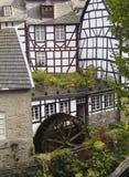 Historiskt vatten maler i Monschau, Tyskland arkivbild