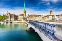 Historiskt Zurich centrum med den berömda Fraumunster kyrka-, Limmat floden och Zurich sjön arkivfoton