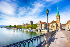 Historiskt Zurich centrum med den berömda Fraumunster kyrka-, Limmat floden och Zurich sjön, Zurich, Schweiz Arkivbilder