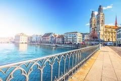 Historiskt Zurich centrum med den berömda Fraumunster kyrka-, Limmat floden och Zurich sjön, Zurich, Schweiz Arkivfoto