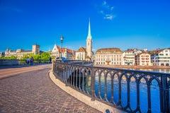 Historiskt Zurich centrum med den berömda Fraumunster kyrka-, Limmat floden och Zurich sjön, Zurich, Schweiz Royaltyfri Foto