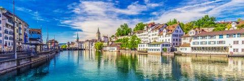 Historiskt Zurich centrum med den berömda Fraumunster kyrka-, Limmat floden och Zurich sjön, Zurich, Schweiz Arkivfoton