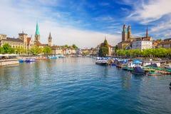 Historiskt Zurich centrum med den berömda Fraumunster kyrka-, Limmat floden och Zurich sjön, Zurich, Schweiz Royaltyfri Fotografi