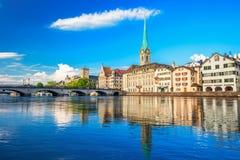 Historiskt Zurich centrum med den berömda Fraumunster kyrka-, Limmat floden och Zurich sjön, Zurich, Schweiz Royaltyfria Bilder