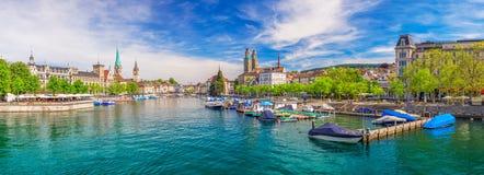 Historiskt Zurich centrum med den berömda Fraumunster kyrka- och Limmat floden arkivfoton