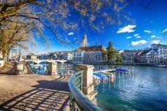 Historiskt Zurich centrum med den berömda Grossmunster kyrka- och Limmat floden royaltyfria bilder