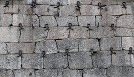 Historyczna fieldstone ściana wzmacniająca z dokonanym żelazem rozdziela obrazy royalty free