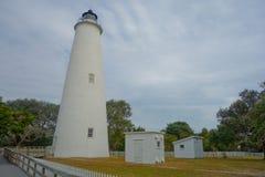 Historyczna Ocracoke latarnia morska, ziemie i Zdjęcie Stock
