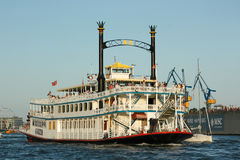 Historyczna statku wycieczkowego Mississppi królowa podczas rocznej statek wycieczkowy parady w porcie Hamburg Fotografia Royalty Free