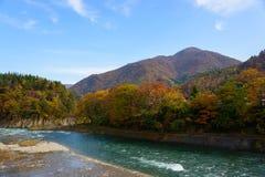 Historyczna wioska Iść w jesieni, krajobraz wzdłuż Shokawa rzeki Zdjęcia Royalty Free