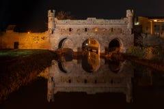 Historyczna wodna brama rzeczny Berkel w Zutphen przy nocą zdjęcie stock