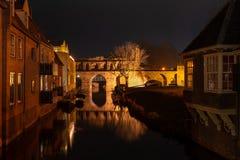 Historyczna wodna brama rzeczny Berkel w Zutphen przy nocą fotografia stock