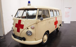 Historyczna wolkswagena T1 samochodu dostawczego czerwonego krzyża usługa Obrazy Royalty Free