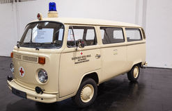 Historyczna wolkswagena T2 samochodu dostawczego czerwonego krzyża usługa Zdjęcie Stock