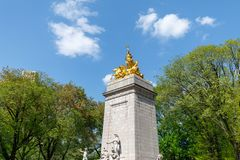 Historyczna złota Maine pomnikowa statua lokalizować w Colombus okręgu przy południowym wejściem central park w Miasto Nowy Jork  Fotografia Royalty Free