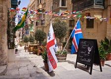 Historyczne ulicy Valletta dekorujący z flaga Obrazy Stock