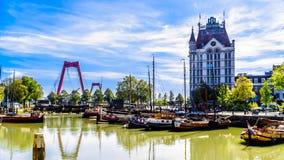 Historyczni budynki i Kanałowe łodzie w Rotterdamin Holandia zdjęcie royalty free