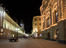 Historyczni budynki na Nikolskaya ulicie blisko Moskwa Kremlin przy nocą,  Fotografia Royalty Free