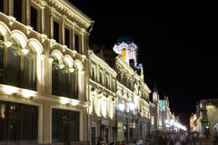 Historyczni budynki na Nikolskaya ulicie blisko Moskwa Kremlin przy nocą,  Fotografia Stock