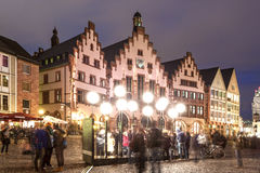 Historyczni budynki w Frankfurt magistrali przy nocą Zdjęcia Royalty Free