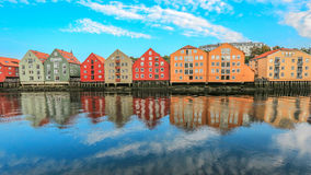 Historyczni budynki wzdłuż rzecznego Nidelva w Trondheim, Norwegia Obraz Royalty Free