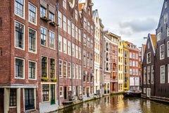 Historyczni domy na Ouderzijds Achterburgwal kanale w czerwone światło okręgu stary centrum miasta Amsterdam zdjęcie stock